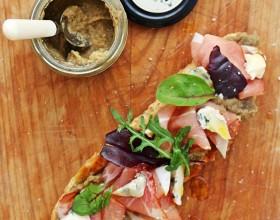 Sendvič s baklažánovým krémom, gorgonzolou a šunkou prosciutto
